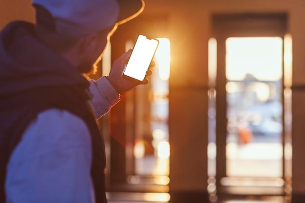 De smartphone in de hand