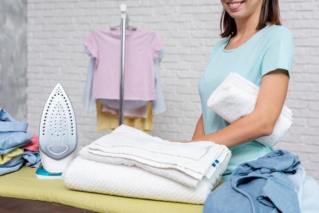 De smileyvrouw van de close-up met gevouwen handdoek