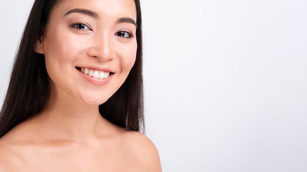 De smileyvrouw van de close-up met lang haar en exemplaar-ruimte