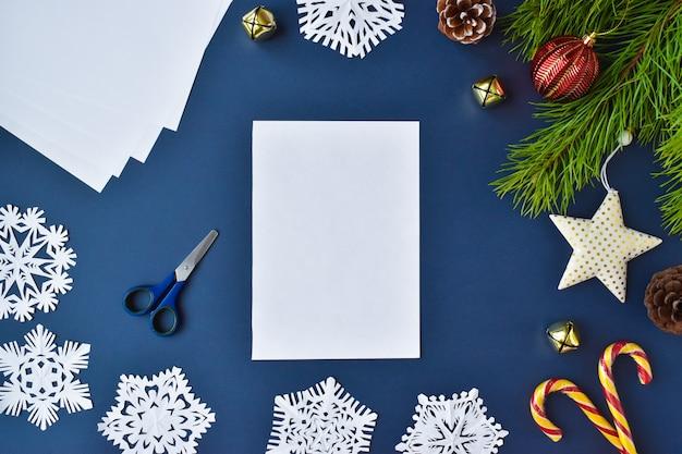 De sneeuwvlok is gemaakt van papier. stap 1 maak een wit laken klaar.