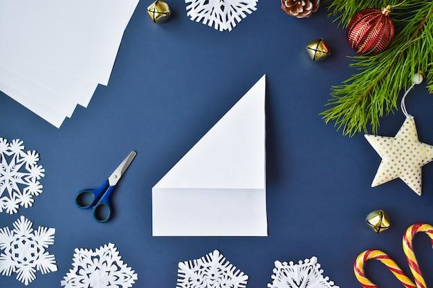 De sneeuwvlok is gemaakt van papier. stap 2 buig het vel van links.