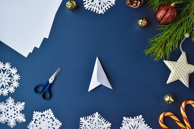 De sneeuwvlok is gemaakt van papier. stap 6 draai hem om en vouw hem opnieuw.