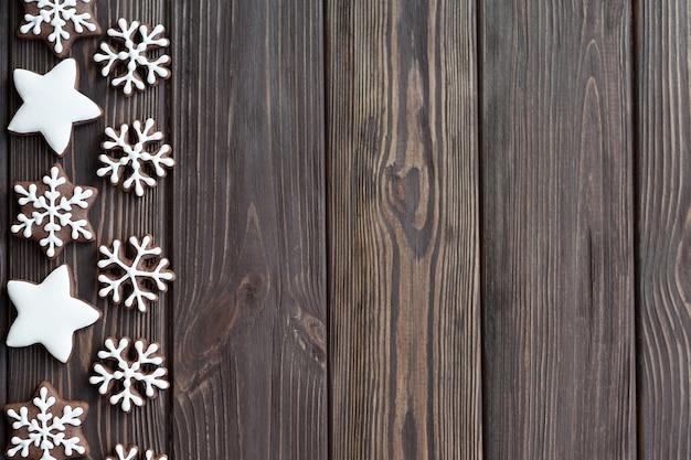 De sneeuwvlokken van peperkoekkoekjes op houten lijst, exemplaarruimte.