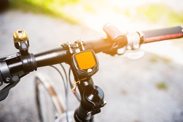 De snelheidsmetercomputer van de fiets plaatsend op fiets