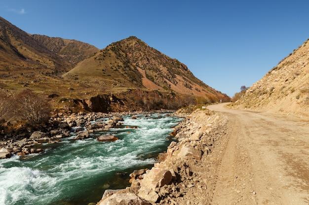 De snelweg a367 loopt langs de rivier kokemeren in het jayyl-district. kirgizië