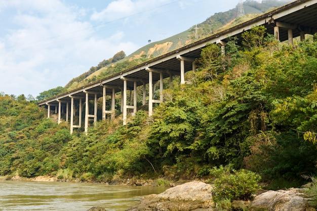 De snelweg aan de rode rivier is de grens tussen vietnam en china, provincie yunnan, china