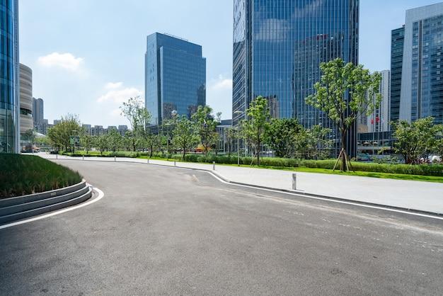 De snelweg en de moderne skyline van de stad bevinden zich in chongqing, china.