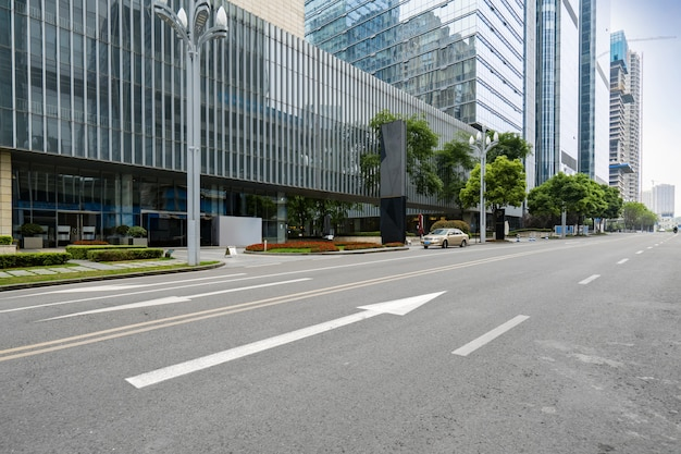 De snelweg en de moderne skyline van de stad liggen in chongqing, china.