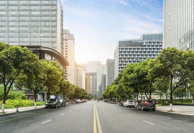 De snelweg en de moderne skyline van de stad zijn in chengdu, china.