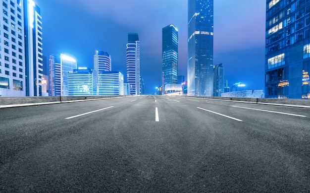 De snelweg en de moderne skyline van de stad zijn in guangzhou, china.