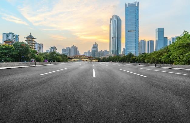 De snelweg en de moderne skyline van de stad