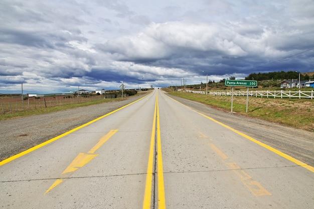 De snelweg naar punta arenas in patagonië, chili