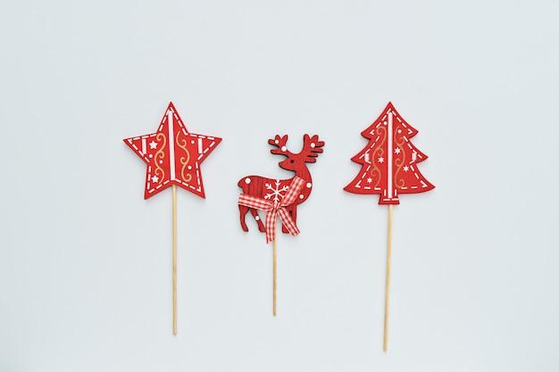 De spar, de ster en het hert van de kerstmisdecoratie op witte achtergrond