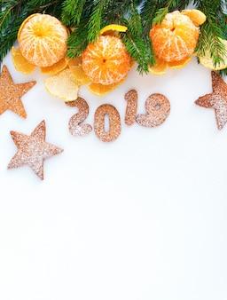 De sparren van de de samenstellingsmandarijnen van het kerstmis nieuwe jaar