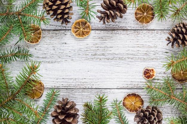 De spartakken van kerstmis met kegels en droge citroenplak