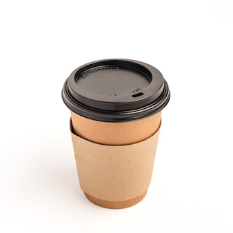 De spatie haalt geïsoleerde kraftpapier-koffiekop weg
