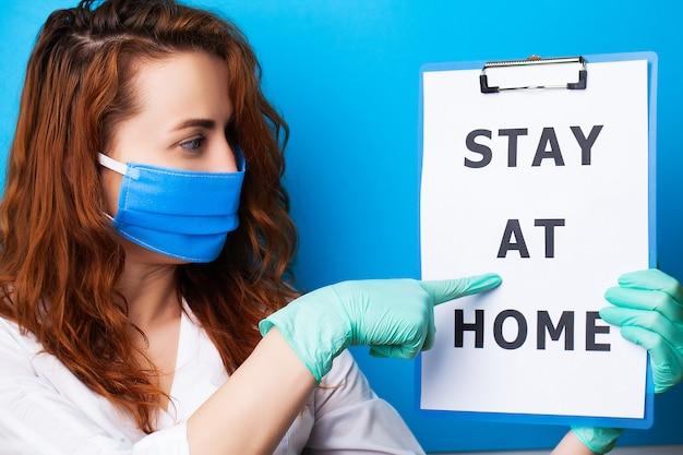 De spatie van de vrouwenholding met inschrijvingsverblijf die thuis einde eisen die covid-19 uitspreiden