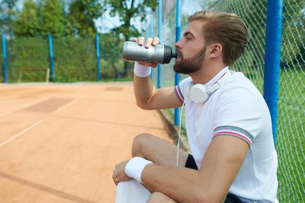 De speler drinkt water