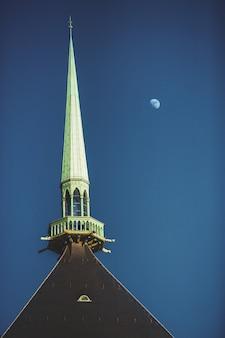 De spits van de notre dame-kathedraal in de stad van luxemburg