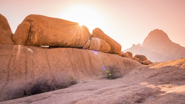 De spitzkoppe-berg bij zonsondergang in namibië in afrika.