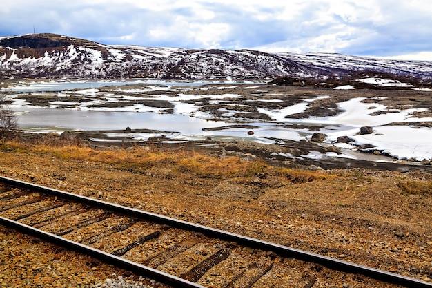 De spoorweg, het meer en de bergen, noorwegen, scandinavië