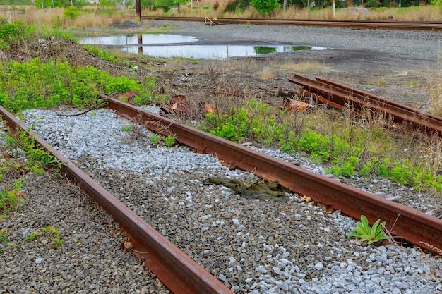 De spoorweg volgt oud versleten en vereist dringende reparatie van de spoorweg.