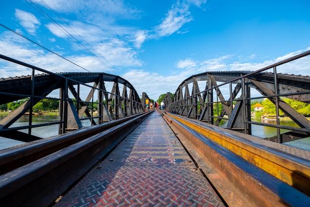 De spoorwegbrug kruist de rivier in kanchanaburi, thailand