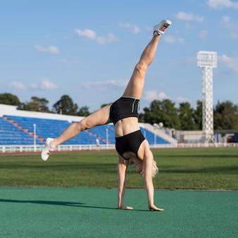 De sportieve vrouw die wiel doet stelt