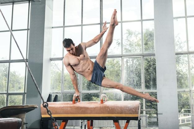 De sportman tijdens moeilijke oefeningen