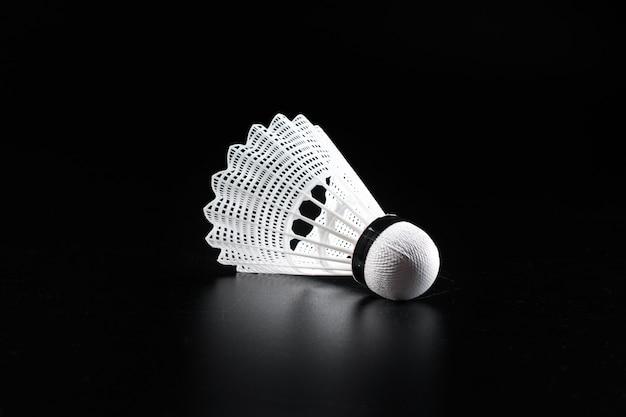 De sportuitrusting van het badminton op donkere zwarte dichte omhooggaand
