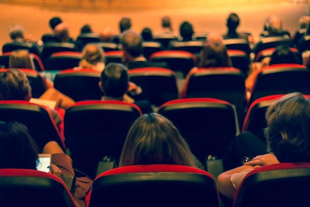 De spreker praat over zakelijke conferentie. publiek in de conferentiezaal. bedrijf a