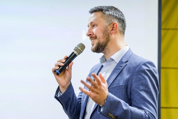 De spreker vertelt de toespraak tijdens de conferentie
