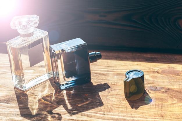 De spuitbus van parfumflessen op houten