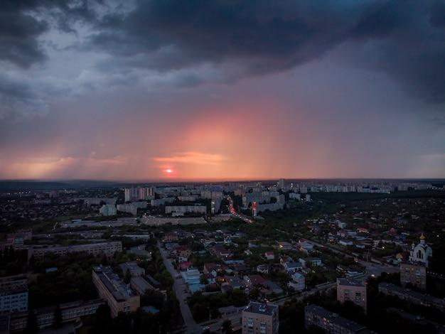 De stad charkov tegen de achtergrond van een rode luchtfoto van de zonsondergang
