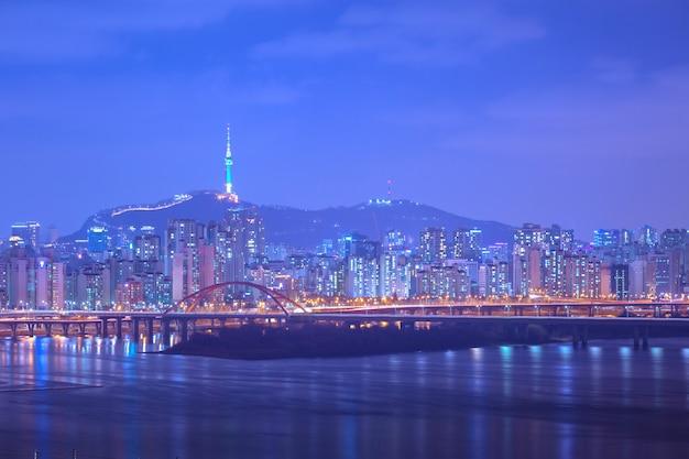 De stad en de brug van seoel, mooie nacht van korea met de toren van seoel bij nacht, zuid-korea.