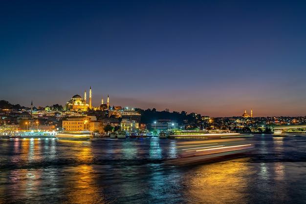 De stad en de moskee van istanbul bij nacht in turkije. en lichte staart