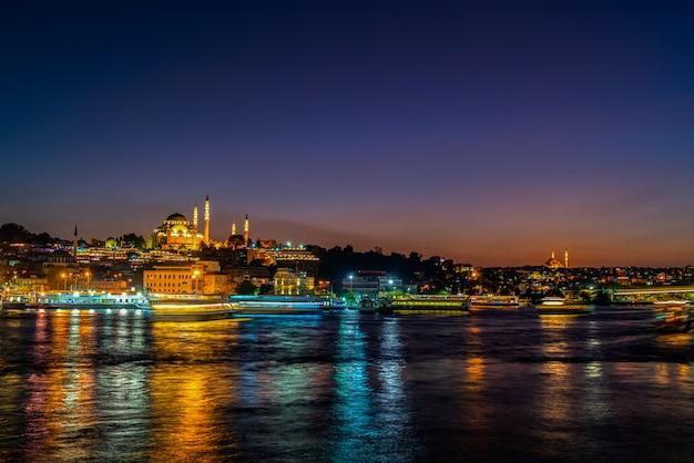 De stad en de moskee van istanbul bij nacht in turkije.