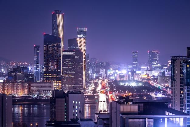 De stad en de wolkenkrabber van seoel, yeouido bij nacht, zuid-korea.