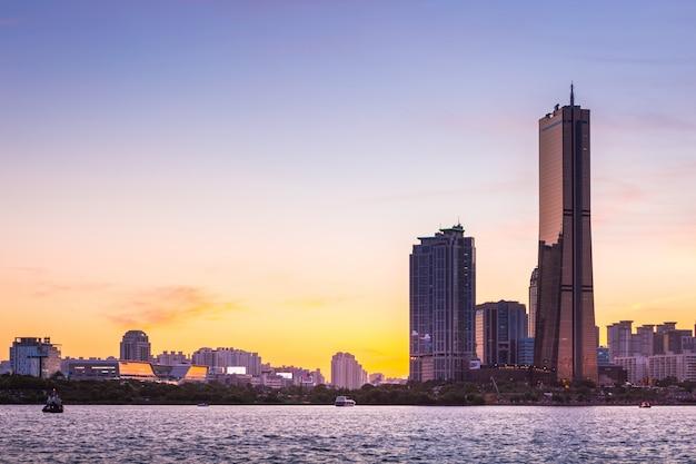 De stad en de wolkenkrabber van seoel, yeouido na zonsondergang, zuid-korea.