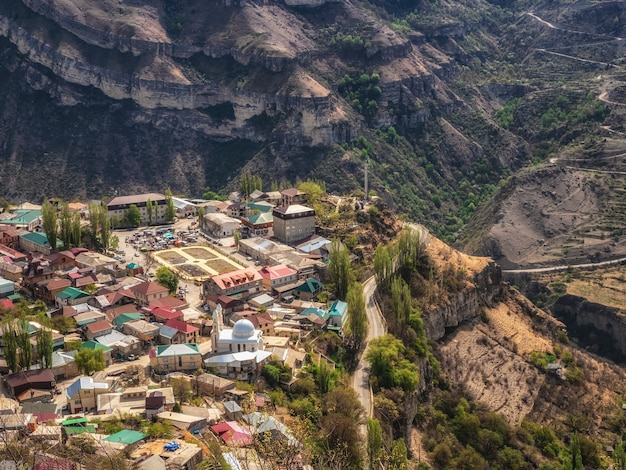 De stad op de rots. authentiek dagestani bergdorpje gunib. rusland. luchtfoto.