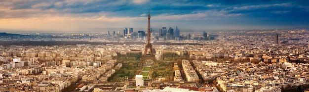 De stad parijs in frankrijk bij zonsondergang