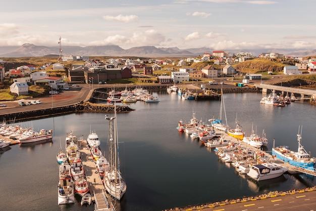 De stad stykkisholmur, het schiereiland snaefellsnes, het westelijke deel van ijsland