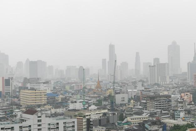 De stad van bangkok de bouw in de regenende dag