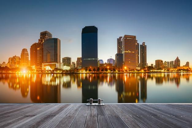 De stad van bangkok de stad in in zonsopgangtijd