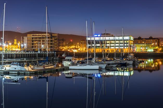 De stad van belfast bij nacht, noord-ierland, het uk