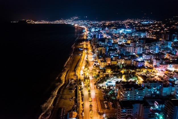 De stad van de de meningsnacht van arial steekt stad van turkije aan