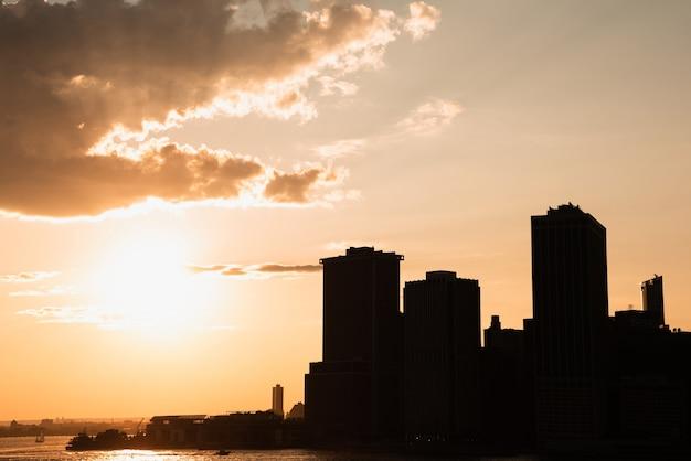 De stad van horizonnew york bij zonsondergang