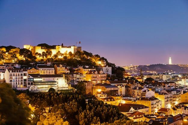 De stad van lissabon bij nacht