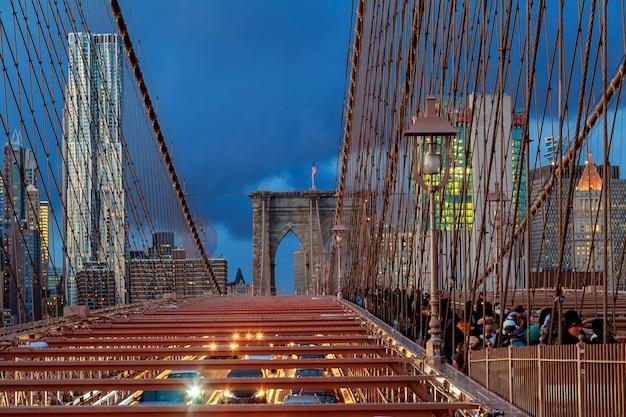 De stad van new york - mooie zonsondergang over manhattan met en brooklyn brug