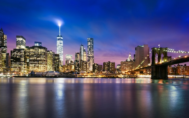 De stad van new york - mooie zonsondergang over manhattan met manhattan en brooklyn brug